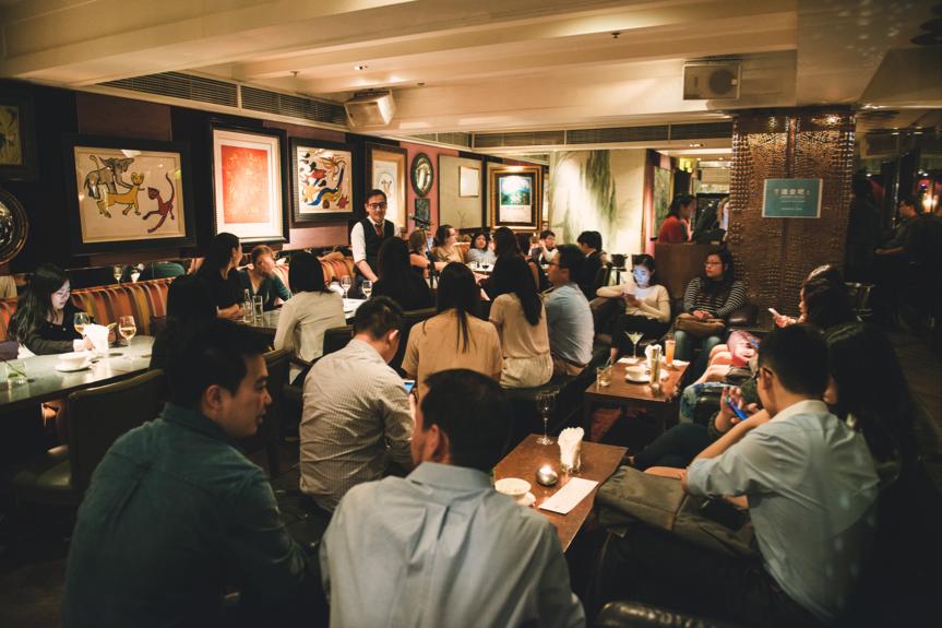 香港大學講師 Jason Ng 在著名的 Kee Club 談香港的飲食文化。圖片由 Raising the Bar 提供。