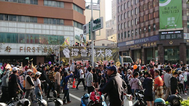 Les manifestants en soutien à Hong Kong remplissent une avenue de Kaoshiung
